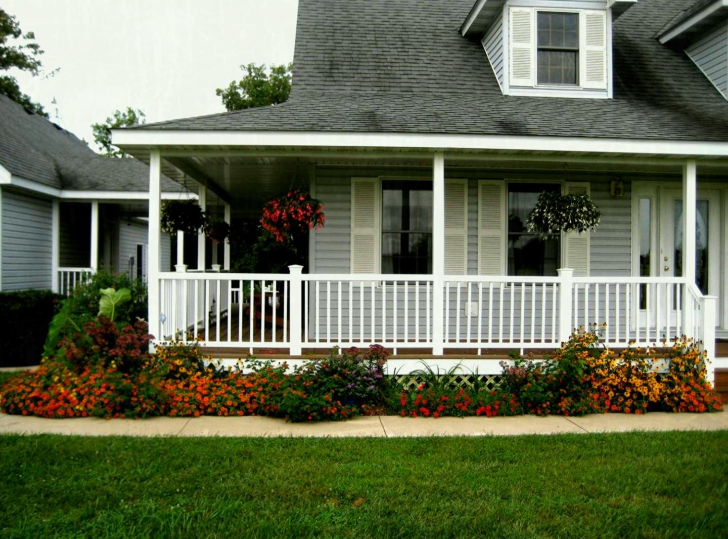 Image of: Decorating Front Porch And Garden