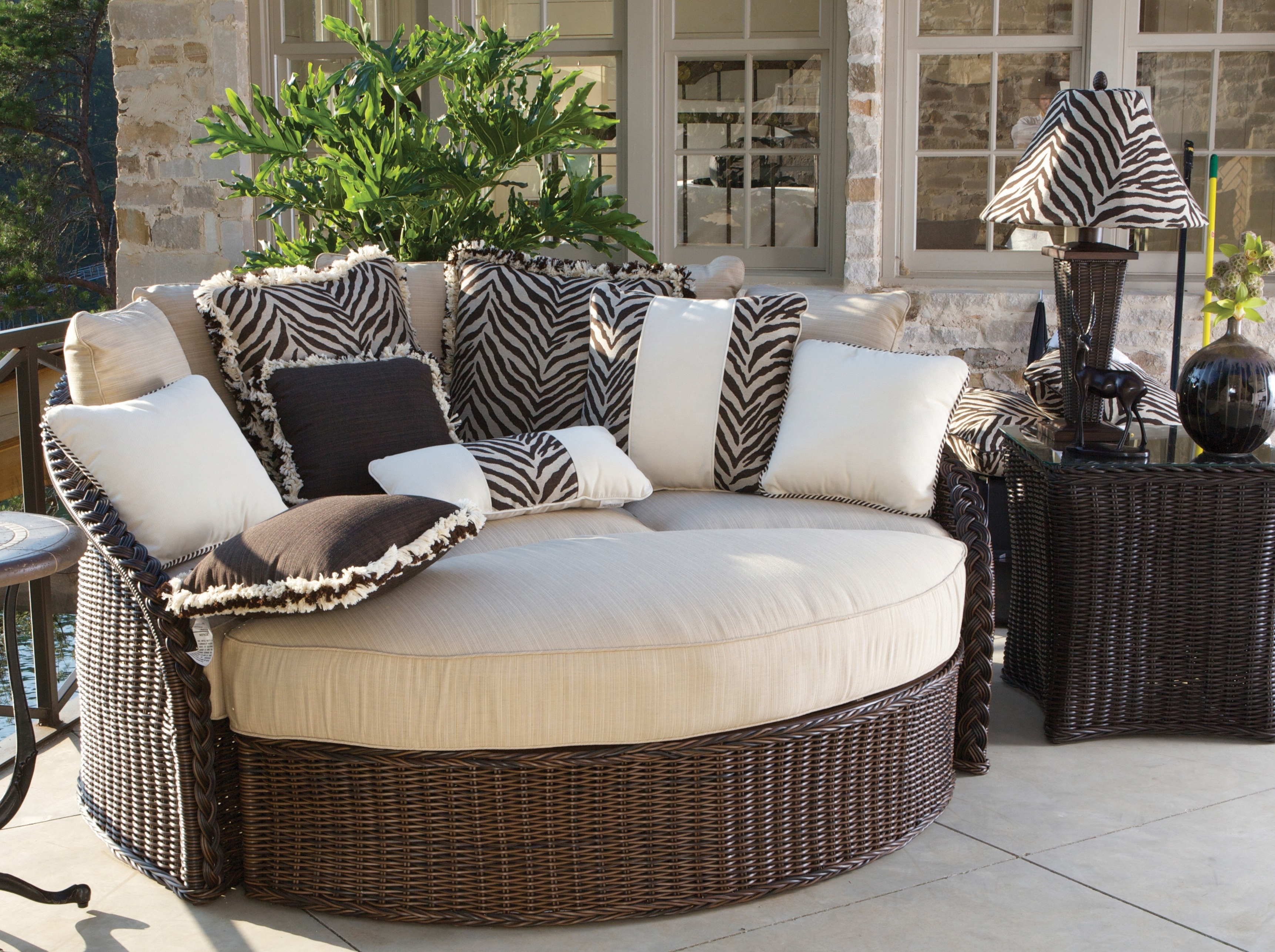 Image of: Fall The Best Season For Outdoor Hospitality Furniture