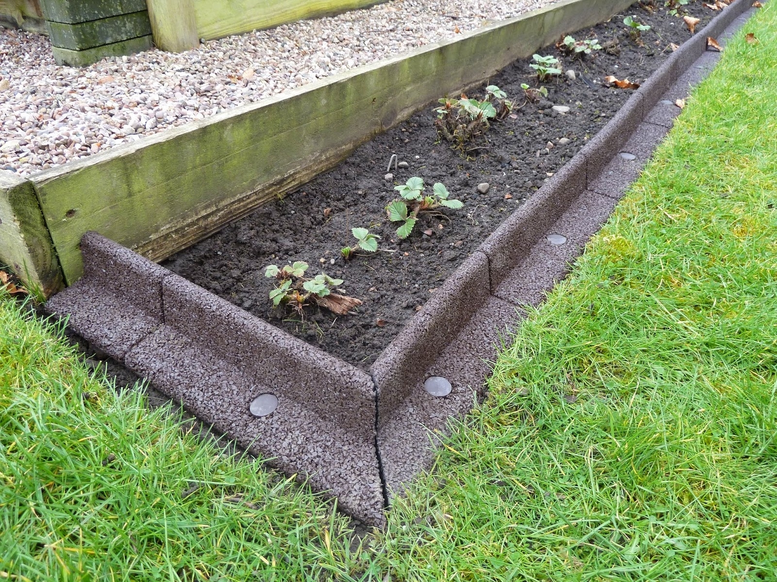 Image of: Brilliant Ideas Lawn Border Edging Diy Garden Edging Crafts Home Regarding Diy Concrete Landscape Edging Diy Concrete Landscape Edging