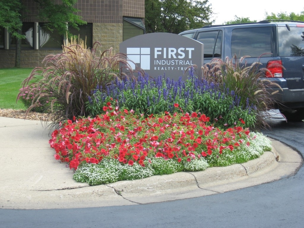 Image of: Commercial Curbside Landscape Ideas