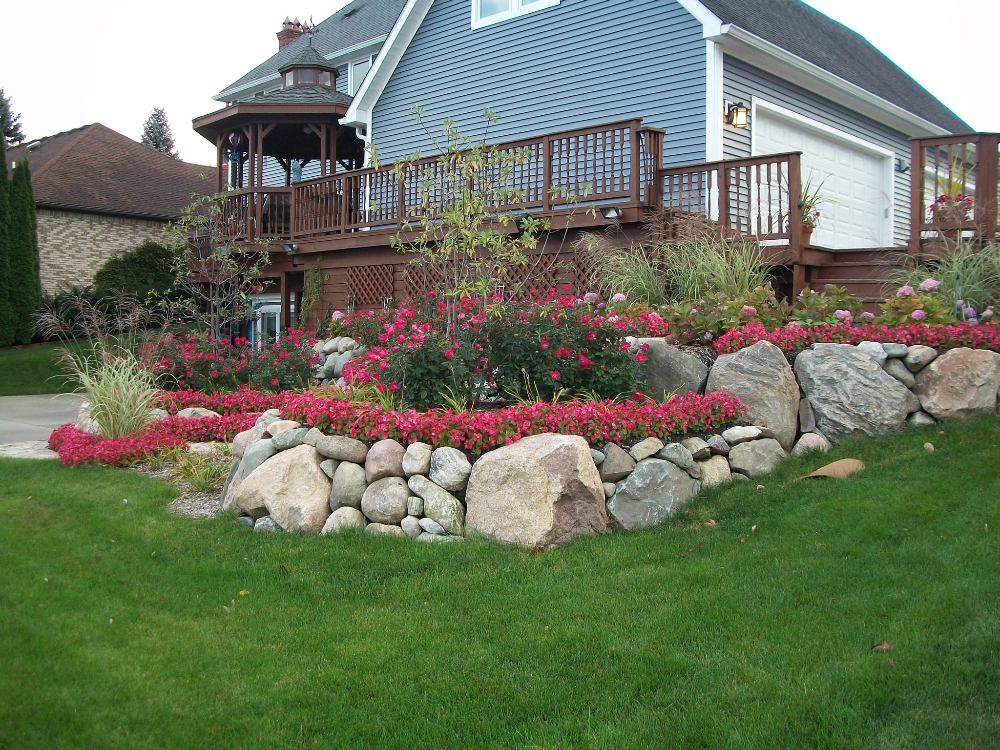 Image of: Natural Exteriors Curbside Landscape Ideas