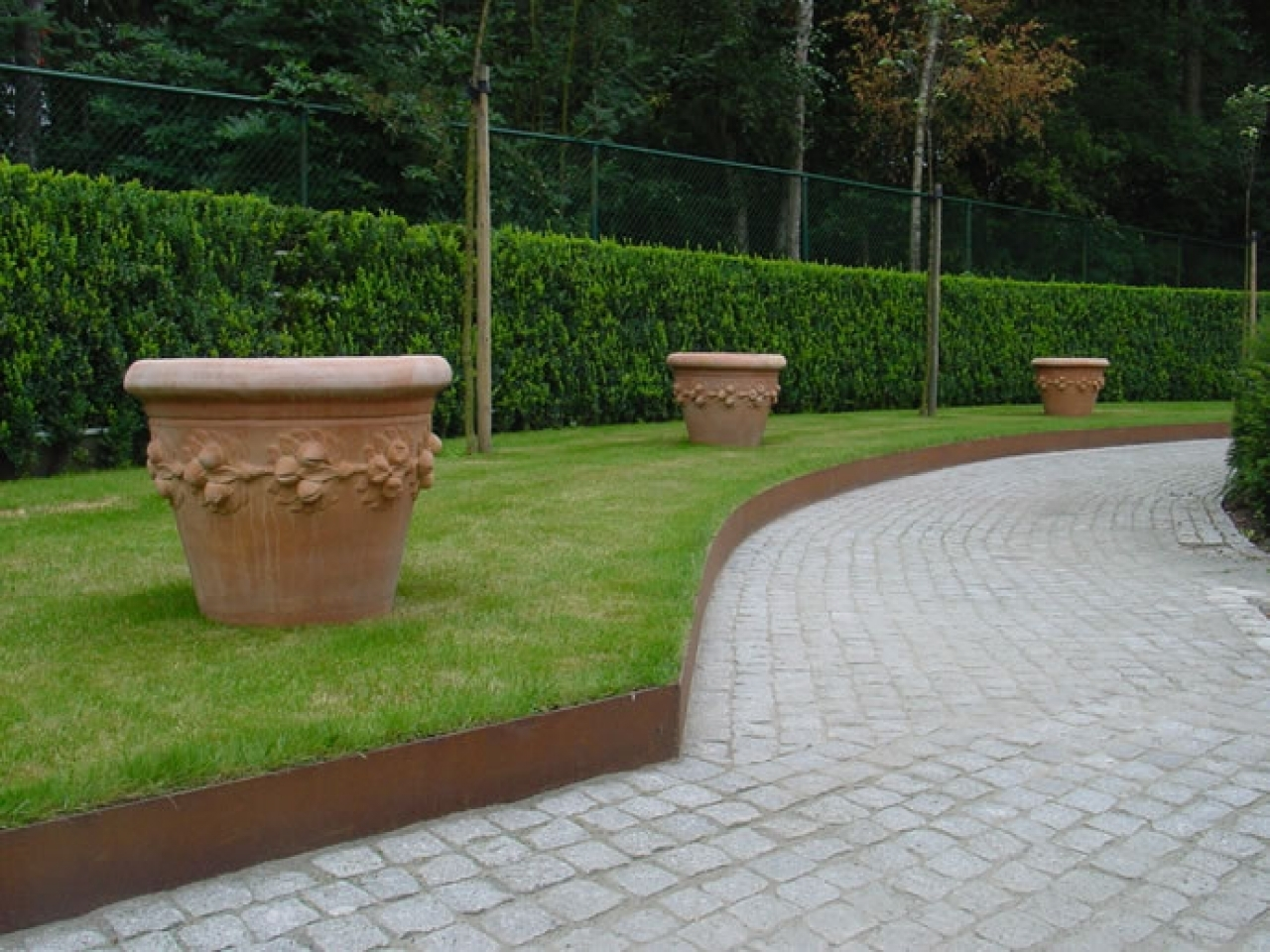 Image of: The Benefits Of Landscape Metal Edging Garden